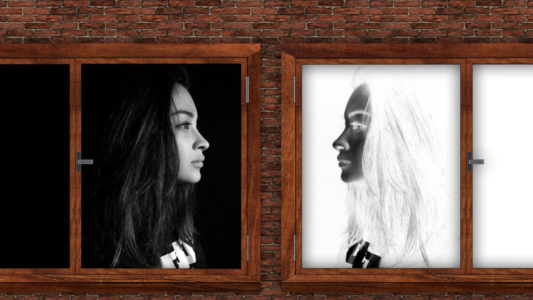 Spiegelbild einer Frau